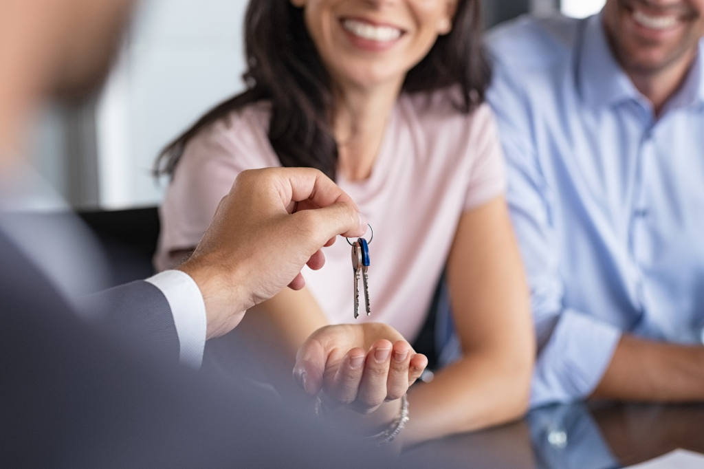 Mulheres têm mais influência e poder de decisão na compra de imóveis, segundo pesquisa